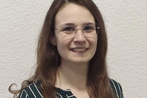 """<div class=""""bildtext_en""""><strong>Jasmin Holzer</strong><br />Trained geoscientist. During her studies at the FAU Erlangen-Nu-remberg, she specialized in petrology and mineralogy. After receiving the Master's degree, she joined the tkIS R&amp;D center as a mineralogist and expert for instrumental analyses (e.g. XRF, XRD, SEM, calorimetry). A part of her work is to support and develop analytical techniques for polab lab automation.</div>"""