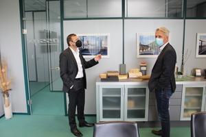 """<div class=""""bildtext"""">… und Senior Sales Manager Jens Maurus (rechts), hier ebenfalls im Gespräch mit Assyx-Gesellschafter Alfred Rochlus</div>"""