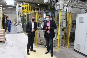 """<div class=""""bildtext"""">Ein Team der BFT machte sich persönlich ein Bild von der neuen Anlage, hier Chefredakteur Silvio Schade (re.) im Gespräch mit Alfred Rochlus von Assyx</div>"""