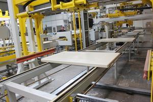 """<div class=""""bildtext"""">Die Assyx GmbH &amp; Co. KG hat kürzlich eine zweite Produktionsanlage für Unterlagsbretter in Betrieb genommen</div>"""