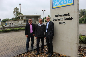 """<div class=""""bildtext_en""""><irspacing style=""""letter-spacing: -0.01em;"""">BFT Editor-in-Chief Silvio Schade met with the Chairman of the Executive Board of the Syspro Group, and with Managing Director Dr. Thomas Kranzler (from left to right) in the concrete plant Betonwerk Oschatz for an interview</irspacing></div>"""