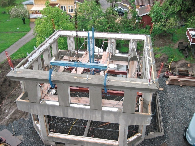 assembly of the concrete frame for the octagonal ground floor and rectangular upper floor has been