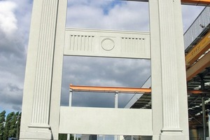 """<div class=""""bildtext_en"""">→ The part up to the large cornice in a height of 13,40 m is built by a stacked façade</div>"""