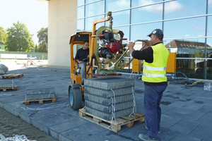 The enormous suction power of the vacuum lifting device ensures an  efficient and safe laying of the paving slabs
