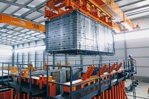 Bewehrung, Einbauten, Wasser- und Stromanschlüsse werden am Modulkern vorbereitet und in die Außenschalung eingesetzt