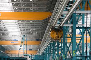 Die Kübelbahn ist das Bindeglied zwischen der Mischanlage und der Produktionshalle<br />