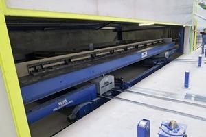 """<div class=""""bildtext"""">Die zentrale Schiebebühne bewegt sich vollautomatisch in einem Tunnel, auf dessen Oberseite sich Handarbeitsplätze zur Vorbereitung von Bewehrung, Schalung und Einbauteile befinden.</div>"""