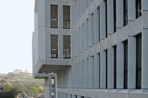 """<div class=""""bildunterschrift_en"""">Facade view with panoramic windows</div>"""