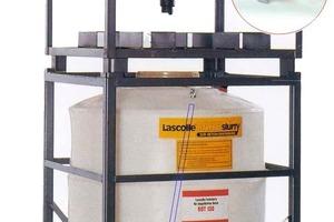 Abb. 1: Standbehälter mit aufsitzendem Lieferbehälter. Der Luftanschluss der Lanze zum Auflockern der Flüssigfarbe ist rot eingekreist vergrößert dargestellt. Der Verlauf der Lanzen in den Behältern ist durch die blauen Linien schematisch angedeutet.<br />