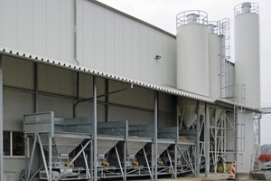 The powder and aggregate silos are discharged through the same weigh belt conveyor
