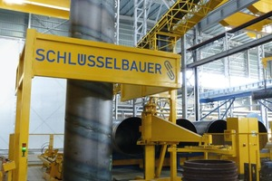 """<div class=""""bildtext_en"""">Automated handling of steel cylinders as the basis of a safe production process – concerning the workpiece and the worker</div>"""