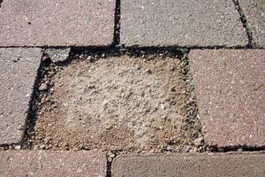 "<div class=""bildtext_en"">→ 1 Partially scaled facing layer of a concrete paver </div>"