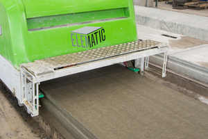 """<div class=""""bildtext_en"""">For concrete discharge the bucket conveyor automatically finds the position of the concrete spreader, which runs along the production bed following the extruder </div>"""