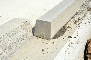 Alle Borde werden auf die gleiche Höhe gesägt. Die Beton-Fahrbahndecke wird mit Wasserhochdruck abgestrahlt. Danach werden die Bordsteine mit der geschnittenen Seite im Dünnbettklebeverfahren mit 2-K-Kunststoff verklebt