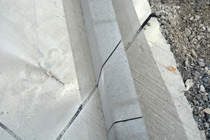 "<div class=""bildtext_en"">The curbstone is simply cut at the position of the expansion joint</div>"