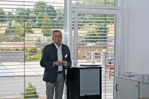 """<div class=""""bildtext"""">Geschäftsführer Peter Nüdling begrüßt die Gäste zum """"Tag der offenen Tür"""" im neuen Versandgebäude des Betonwerks Fambach</div>"""