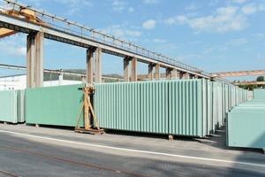 """<div class=""""bildtext"""">Lärmschutzwände aus Beton– zugelassen für Betriebsgeschwindigkeiten bis zu 350km/h– imFertigteillager am Standort Gera </div>"""