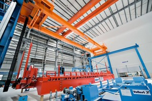 "<div class=""bildtext_en"">Cutting-edge, suspended Vario Turn pallet turnover system for double-wall production</div>"