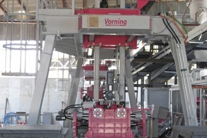 """<span class=""""bildunterschrift_hervorgehoben"""">Fig. 2</span> Finishing line during assembly: palletizing/packaging and mixing unit with the paver machine in the background."""