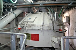 "<span class=""bildunterschrift_hervorgehoben"">Fig. 1 a+b</span> The TPZ 750 Teka planetary mixer has a maximum concrete discharge of 0.5 m3 per batch. However, thanks to the innovative ­mixing turbine, reduced ­quantities can be optimally mixed as well."