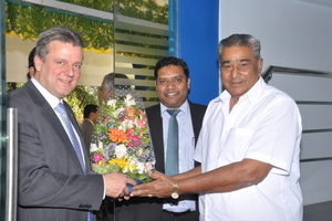 Abraj Vettuparampil (center) and Frank Reschke (on the left) manage the subsidiary in Bangalore