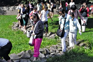 "<div class=""bildtext_en"">Children are having fun in the barefoot park</div>"