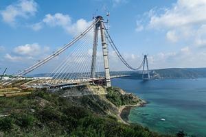 """<div class=""""bildtext"""">Die Brückenpylone sind extrem hohen Windlasten von 300kg/m² ausgesetzt</div>"""