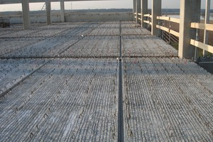 Factory building with prestressed precast floor slabs<br />