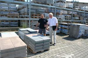 Werksverantwortlicher Alain Frantzen (links) präsentiert Patrick Heinrich die in Krautergersheim neu produzierten Betonplatten