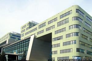 "<div class=""bildtext_en"">→ 1 Small-size façade panels of the Community College in Leiden</div>"