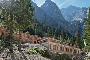 "<div class=""bildtext"">An einem Berghang gelegen ist die neue Hütte ideal gegen Lawinenabgänge geschützt </div>"