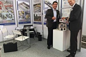 Philippe Marrié, Vollert-Projektleiter Vertrieb (rechts) stellte auf der ConexpoLatinamérica im Oktober 2015 interessierten Messebesuchern undBFT‑Redakteur Silvio Schade das neue Fertigbausystem vor