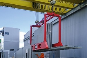 The load beam is fitted with electrically driven arms that can be extended and grab the inloader rack on its sides<br />