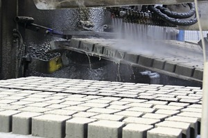 "<div class=""bildtext_en"">The plates are lifted on one longitudinal side and move through the paver washing plant in an inclined ­position</div>"