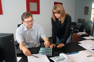 """<span class=""""bildunterschrift_hervorgehoben"""">Fig. 1 </span>Stefanie Blank and Dr. Ulrich Lotz decide on the cover page for the 56th BetonTage."""