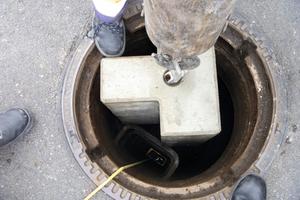 """<div class=""""bildtext_en"""">→ Lowering a bottom block through a 62.5cm manhole</div>"""