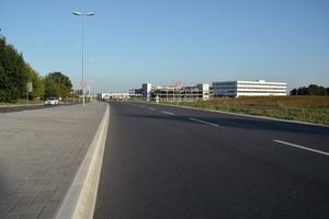 "<div class=""bildtext_en"">Left, the new traffic lane divider along Zeppelinstrasse in the German city of Bad Homburg. On the right, in the background, the newly constructed Hochtaunusklinik </div>"