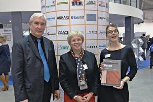 """Marion von der Heyde (Mitte) stellte in München ihr neues Buch mit dem Titel""""Gestalten mit Beton"""" vor, gemeinsam mit Martin Möllmann (links) und Tanja Buß (rechts)"""