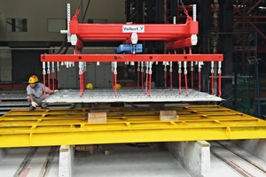 "<div class=""bildtext_en"">Lifting systems place the floor plates horizontally in stacks ready for transport</div>"