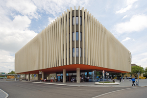 """<div class=""""bildunterschrift_en"""">The recessed ground floor of the railroad station accommodates the bus station and a travel agency </div>"""