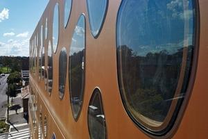 """<div class=""""bildtext"""">Das Fensterglas wurde ganz einfach mit Bauklebeband auf dem Beton fixiert </div>"""
