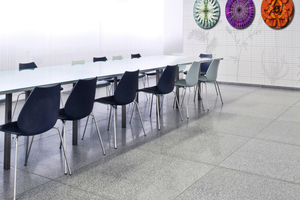 """<div class=""""bildtext_en""""><strong>→</strong> Large-size cast stone slabs as surfacing in an exhibition room </div>"""