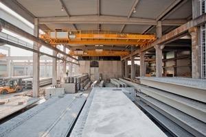 """<div class=""""bildtext"""">Durch den Vorhang nach draußen: Die Dreßler Bau GmbH hat zwei neue Zweiträgerbrückenkrane von Konecranes mit einer Tragkraft von jeweils 32 t im Einsatz</div>"""