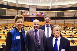 Die deutsche Delegation im Plenarsaal des EU-Parlaments (v.l.n.r.): Eberhard Bauer, Vizepräsident des BIBM, Dr. Ulrich Lotz, Geschäftsführer des FBF, Friedrich Gebhard, Präsident des FBF, Dorothea Stock, FBF