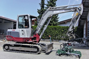 "<div class=""bildtext_en"">Pragmatic solution: A paver laying clamp P02-twist attached to a mini ­excavator</div>"
