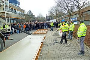 Das Ferrodur-Team hat die Bodenplatte fertig betoniert. Das zweite Team ist noch mit dem Bewehrungseinbau beschäftigt