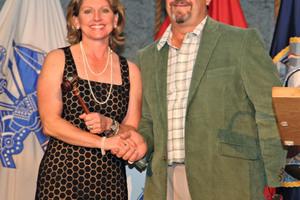 "<div class=""bildunterschrift_en"">Mimi Rainero Coles accepts the chairman's gavel from past chairman, Tom Engelman</div>"