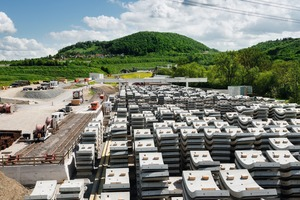 """<div class=""""bildtext_en"""">On-site facility with outdoor segment storage directly adjacent to the Bossler Tunnel job site near Aichelberg, between Stuttgart and Ulm</div>"""