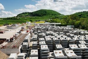 """<div class=""""bildtext"""">Feldfabrik mit Tübbingaußenlager direkt bei der Tunnelbaustelle Boßler bei Aichelberg, zwischen Stuttgart und Ulm</div>"""