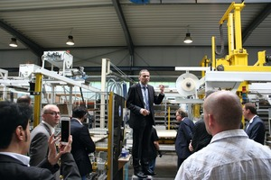 "<div class=""bildtext_en"">Managing director Alfred Rochlus (in the center) took the anniversary guests on a tour of the Assyx production board production</div>"